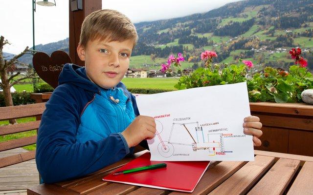 Leopold zeichnet Vorlagen für Maschinen, an denen er im Keller herumbastelt.